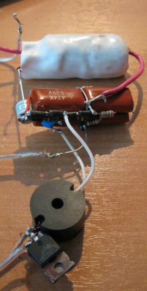 Поджигающий конденсатор имеет